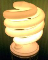 Такая лампочка бережёт электричество. Однако её можно выбрасывать только на особых площадках.